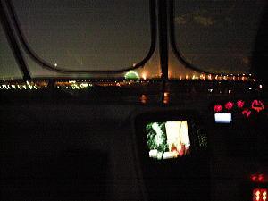 クルーザー(上)から見えた夜景